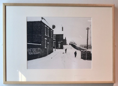Chris Killip-Terraced housing in the snow, Wallsend, 1975